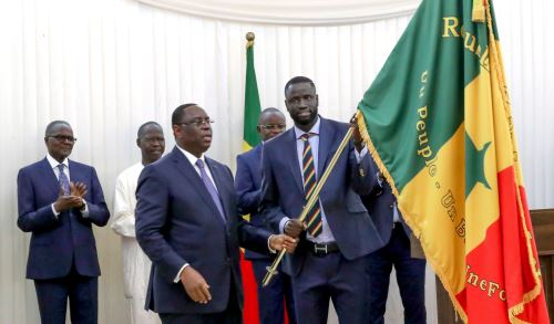 Cheikhou Kouyate, capitán del equipo de Senegal, posa junto al presidente Macky Sall Foto: AFP