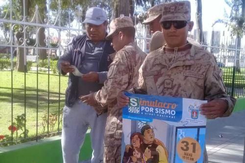 Un contingente de soldados del cuartel Mariano Bustamante de Arequipa participan desde hoy en la distribución de cartillas de seguridad y acciones de sensibilización a la población con miras al desarrollo del simulacro de sismo que se realizará el 31 de mayo a escala nacional.