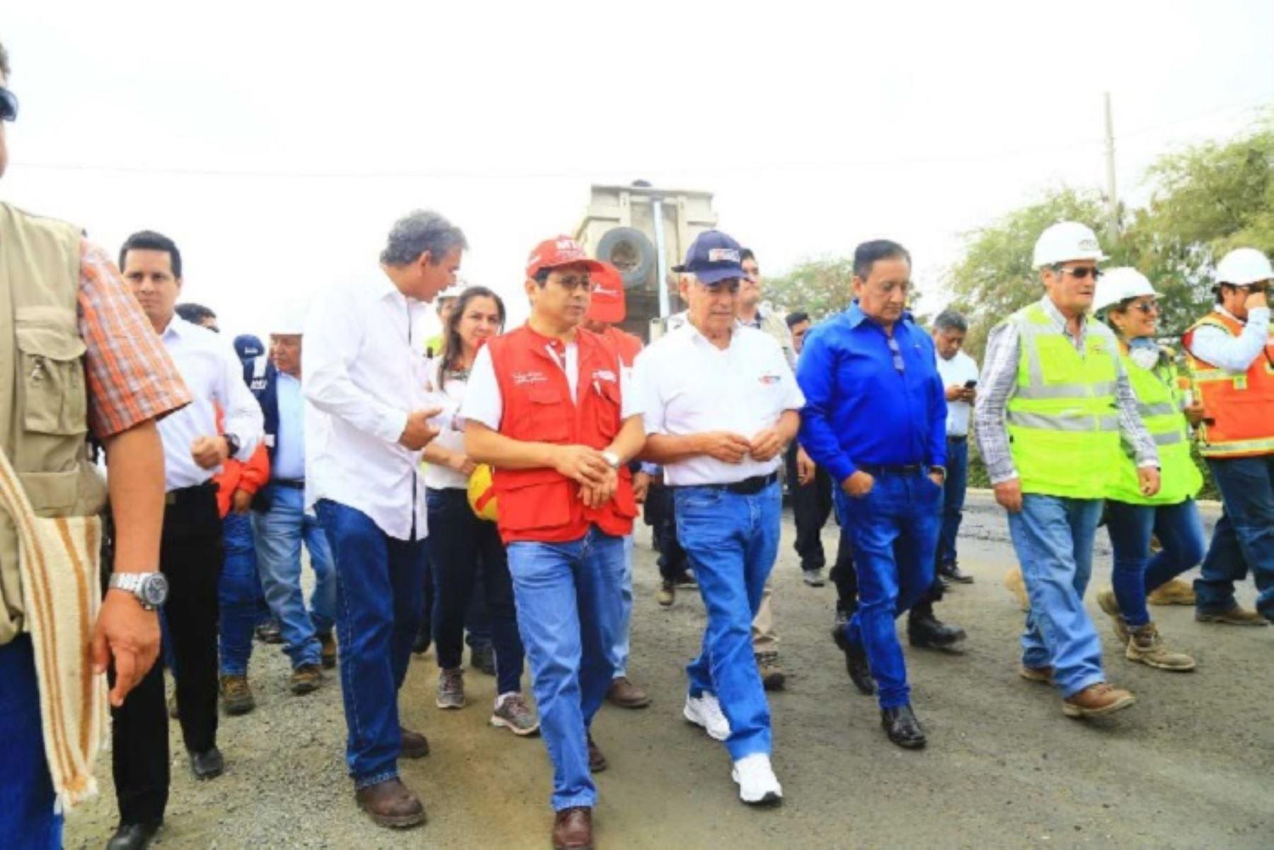 Ministro de Transportes, Edmer Trujillo,supervisó los trabajos finales de la carreta Sullana – Talara e informó que estos concluirán en julio..