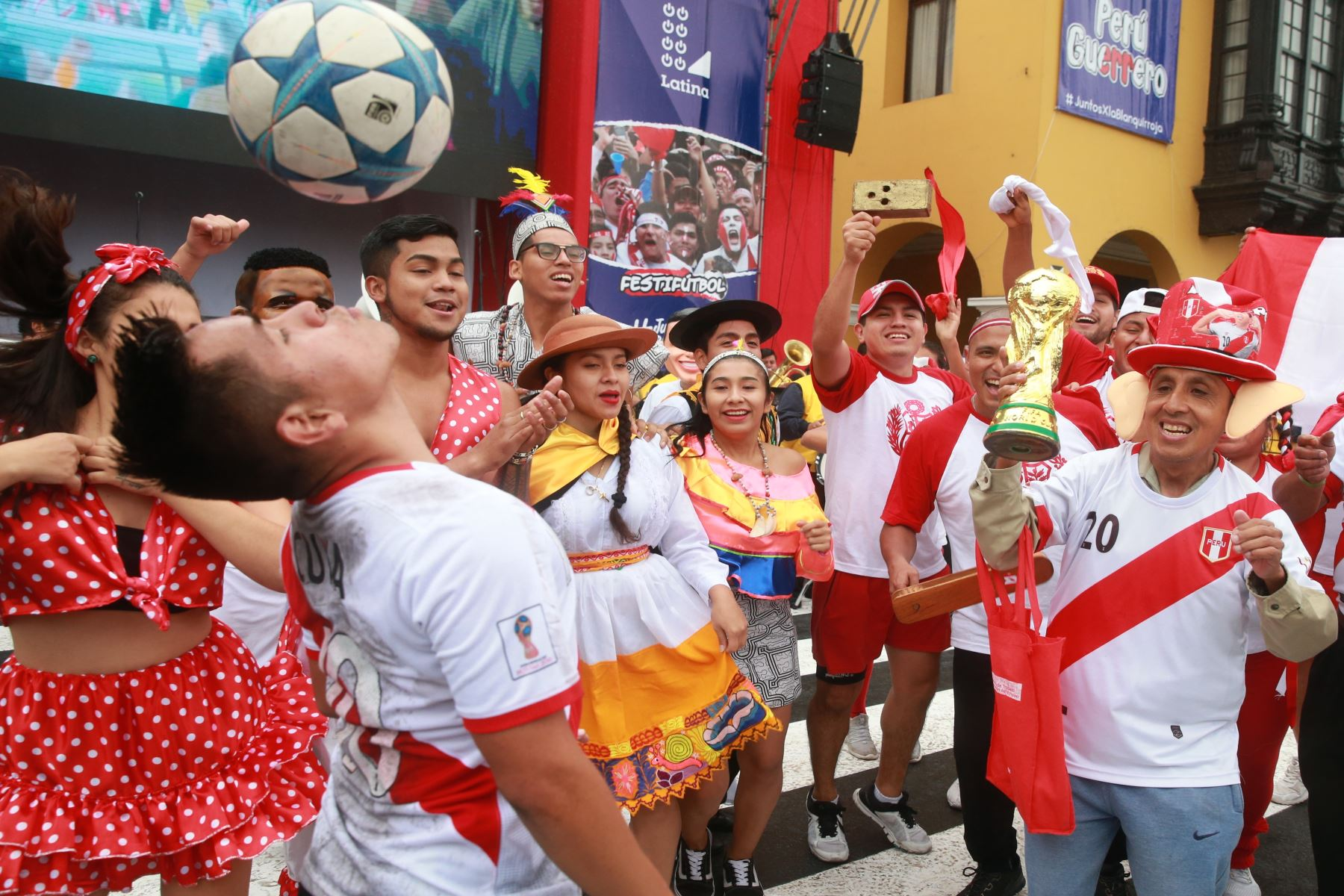 Aficionados esperan el inicio inaugural del mundial Rusia 2018 en la plaza mayor de Lima.   Foto: ANDINA/Vidal Tarqui