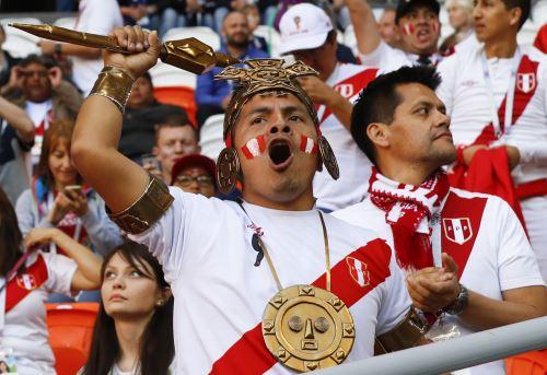Hinchas peruanos en el Estadio Mordovia Arena en Saransk