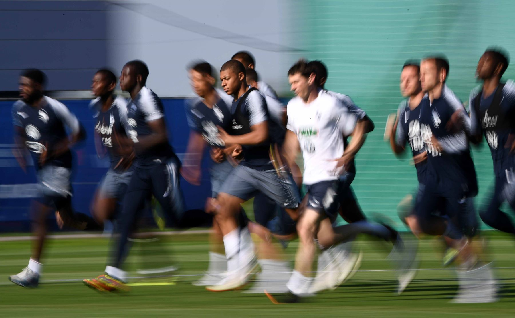 El alero de Francia Kylian Mbappe (C) corre con sus compañeros durante una sesión de entrenamiento, antes del partido de fútbol del Grupo C de la Copa Mundial Rusia 2018 contra Perú. Foto: AFP