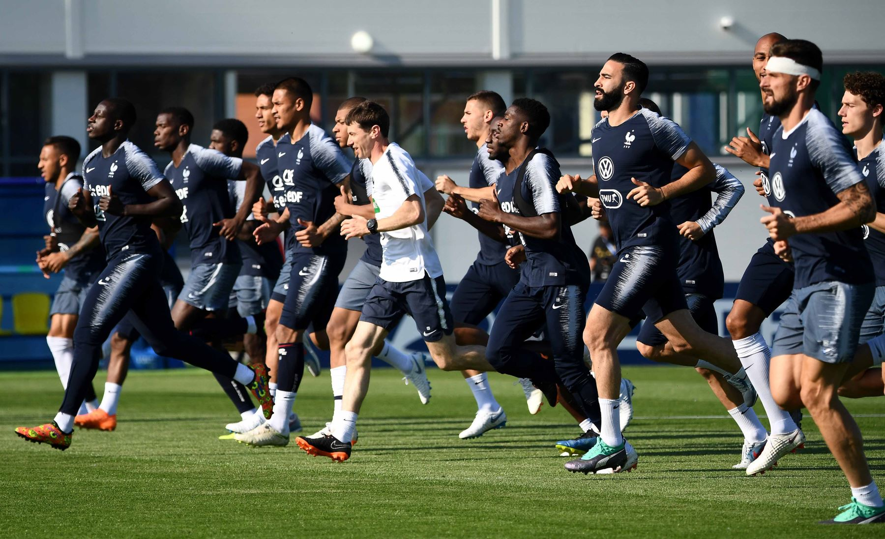 Los jugadores de Francia corren durante una sesión de entrenamiento en el estadio Glebovets en Istra, al oeste de Moscú, antes del partido de fútbol del Grupo C de la Copa Mundial Rusia 2018 contra Perú. Foto: AFP