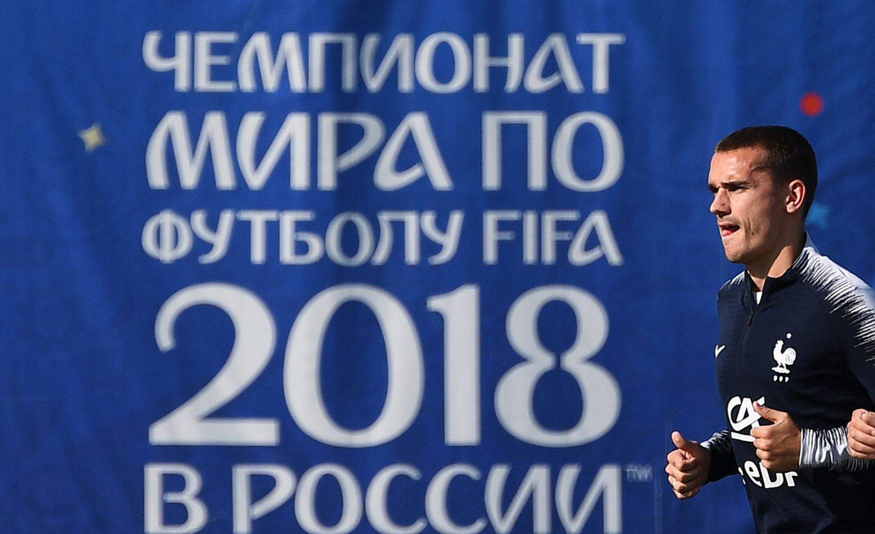El alero de Francia Antoine Griezmann corre durante una sesión de entrenamiento en el estadio Glebovets en Istra, al oeste de Moscú el 18 de junio de 2018, antes de su partido de fútbol Rusia C del Grupo C de la Copa Mundial 2018 contra Perú. Foto: AFP