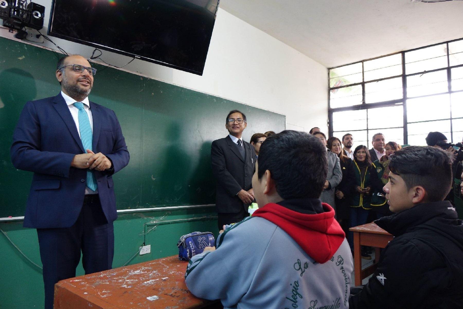 Ministro de Educación, Daniel Alfaro, informa que menos del 5% de maestros acató la huelga.