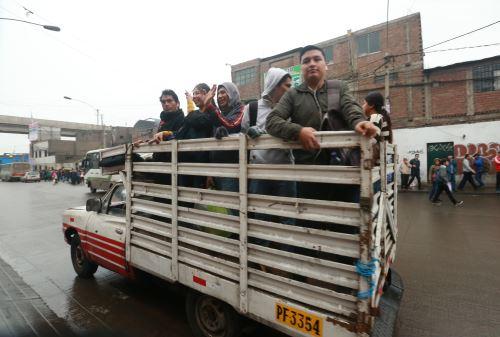 Ciudadanos se movilizan a sus centros de trabajo y estudios a pesar del paro de transportistas