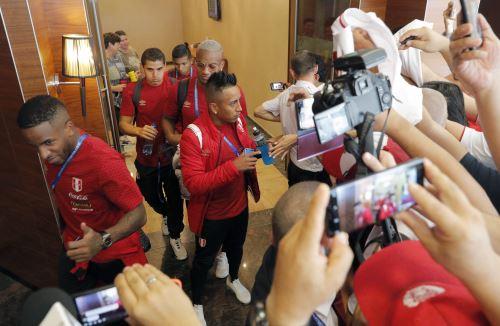 La selección peruana partió hoy rumbo a la ciudad de Ekaterimburgo, donde este jueves enfrentará a Francia