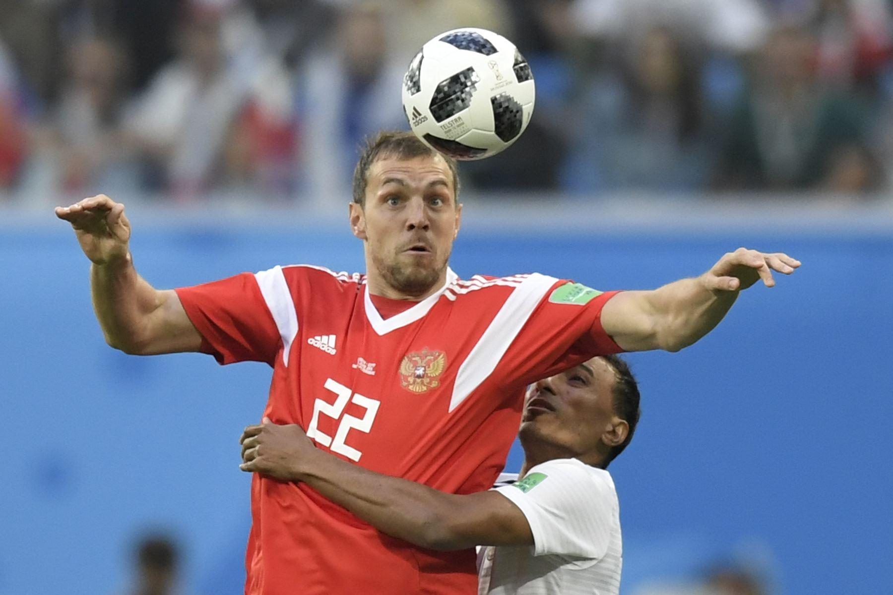 El delantero ruso Artem Dzyuba (L) y el defensor egipcio Mohamed Abdel-Shafy compiten durante el partido de fútbol Rusia A del Grupo A de la Copa Mundial 2018 entre Rusia y Egipto en el estadio San Petersburgo de San Petersburgo el 19 de junio de 2018. / AFP