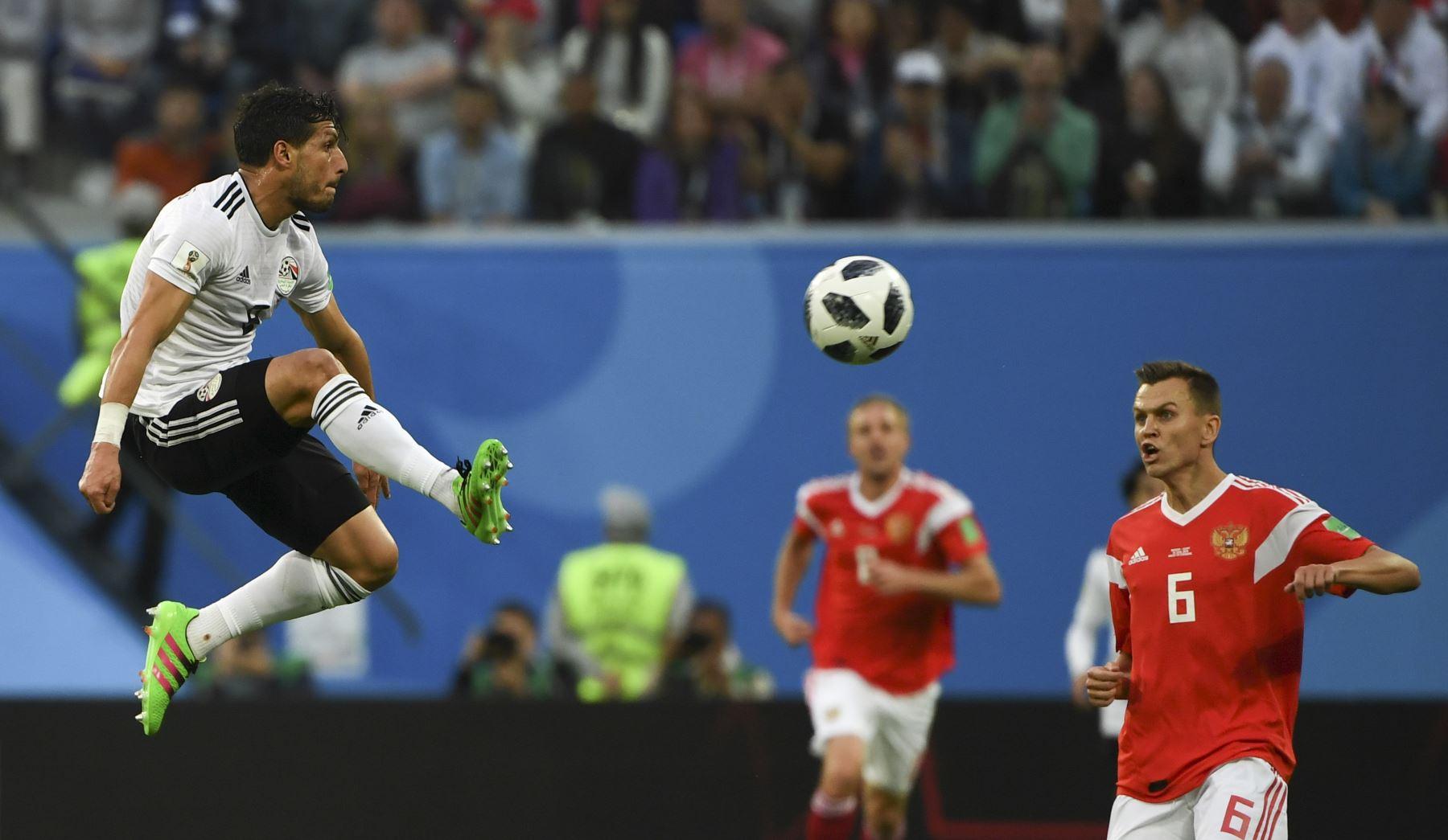 El defensor egipcio Ahmed Fathi controla el balón durante el partido de fútbol Rusia A del Grupo A de la Copa Mundial 2018 entre Rusia y Egipto en el Estadio de San Petersburgo en San Petersburgo el 19 de junio de 2018. / AFP