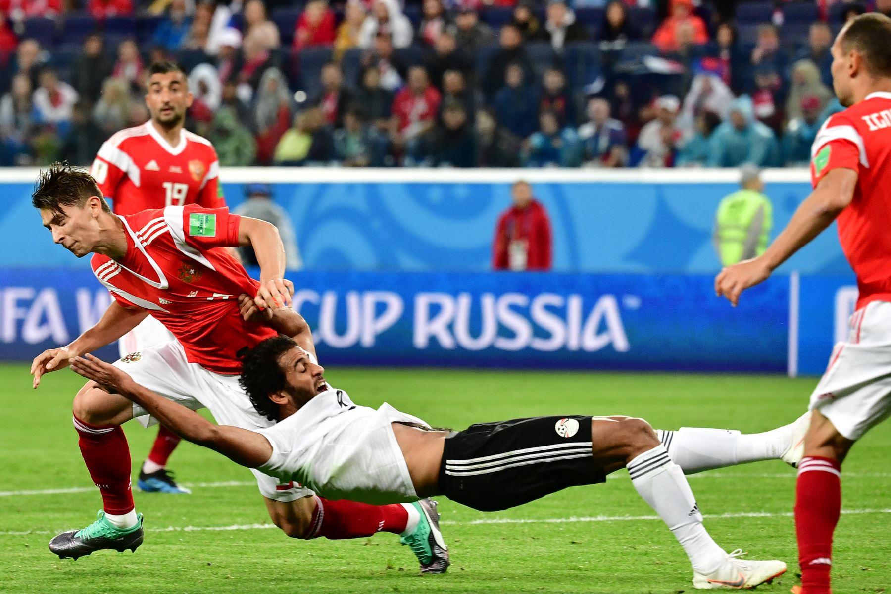 La defensora rusa Ilja Kutepov (L) lucha por el balón con el delantero de Egipto Marwan Mohsen durante el partido de fútbol Rusia A del Grupo A de la Copa Mundial 2018 entre Rusia y Egipto en el Estadio de San Petersburgo el 19 de junio de 2018. / AFP