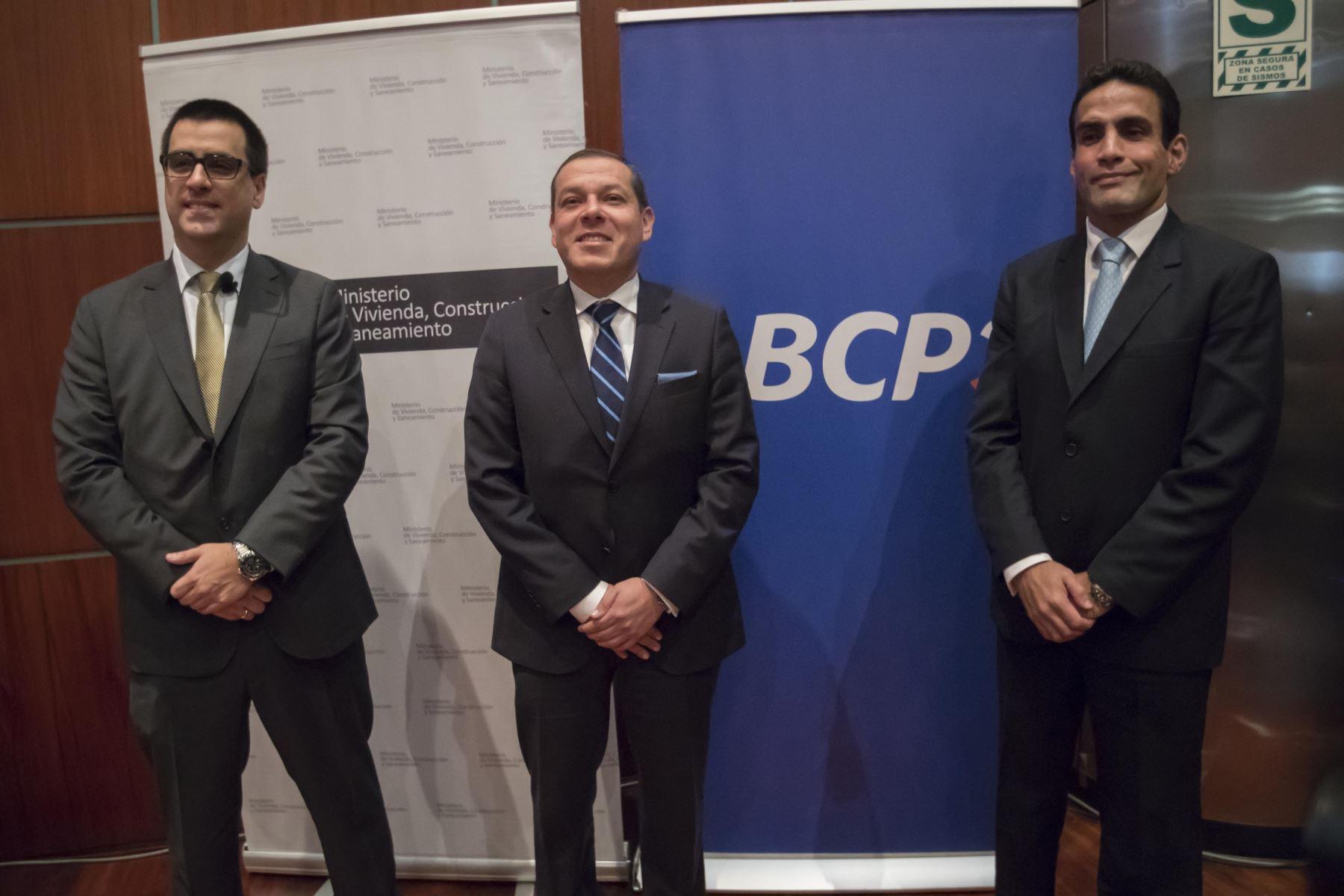 Viceministro de Vivienda y Urbanismo, Jorge Arévalo, flanqueado por ejecutivos del BCP.