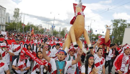 Los hinchas peruanos caminan arengando a la blanquirroja en Ekaterimburgo
