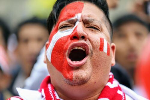 Hinchas peruanos festejan en los previos al partido mundialista que enfrentará nuestra selección contra Francia