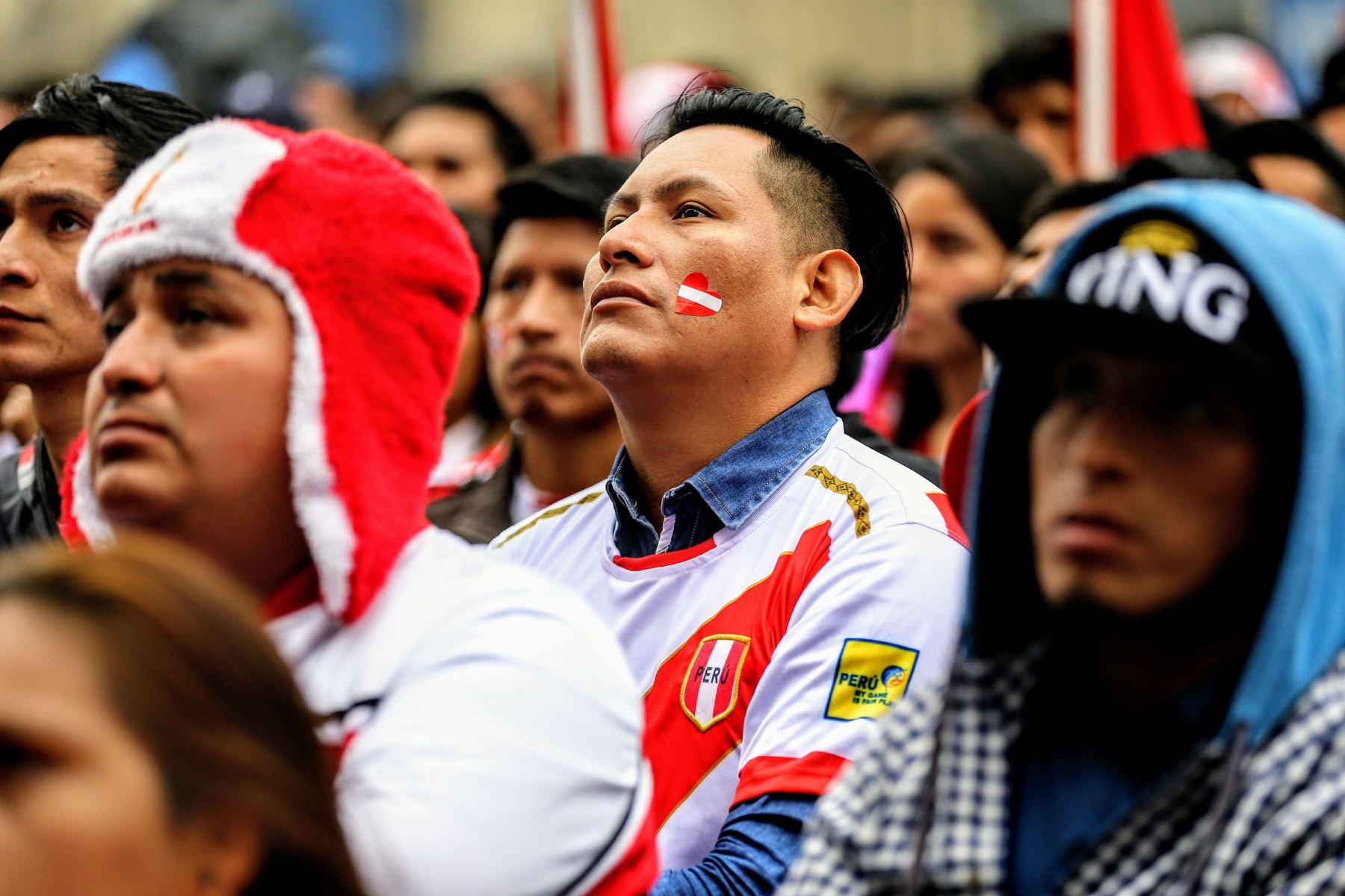 Hinchas peruanos se lamentan por eliminación de la selección en el mundial de Rusia. Foto: ANDINA/Luis Iparraguirre
