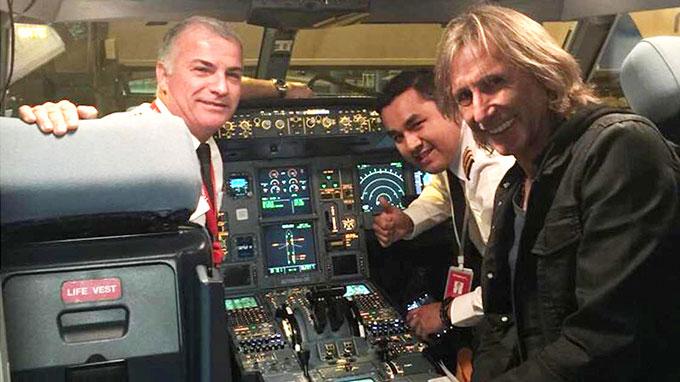 Gareca sorprendido con homenaje de piloto en el avión