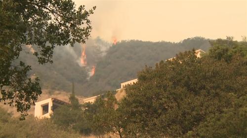 Controlan propagación de incendios forestales en California