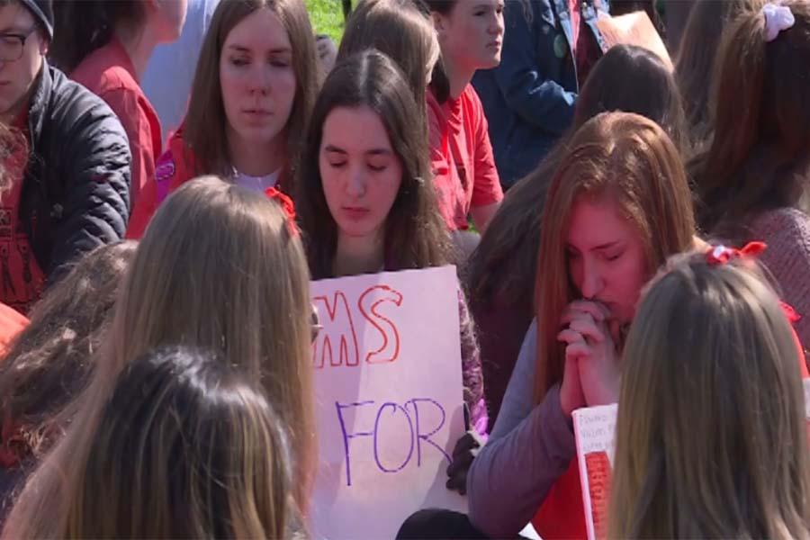 Alumnos de EEUU marchan en aniversario de tiroteo en Columbine