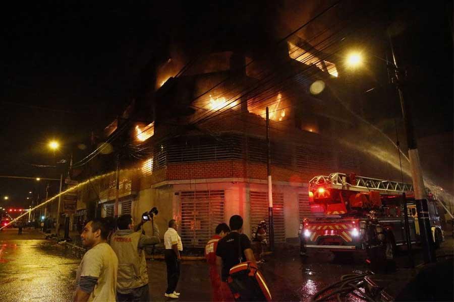 Bomberos controlan incendio en edificio del Rímac