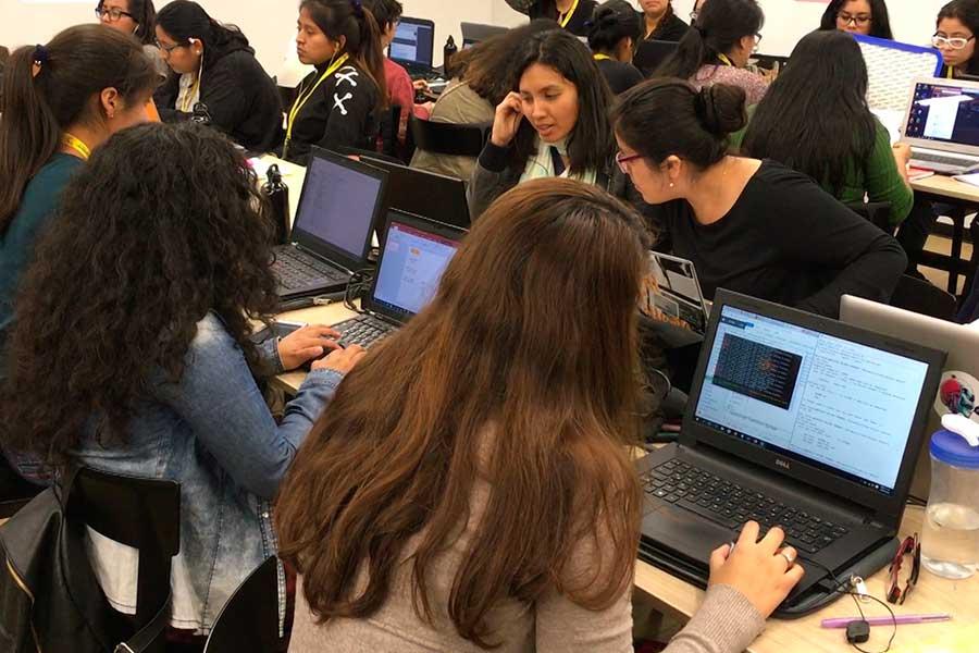 """Más mujeres peruanas trabajan como desarrolladoras de """"software"""" gracias a emprendimiento social"""