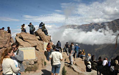 Los turistas disfrutan de la impresionante belleza natural del valle del Colca.