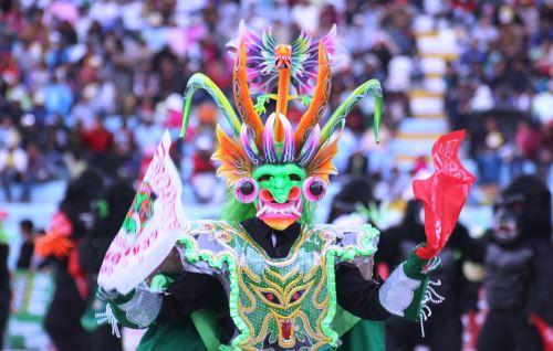 Los danzantes de la Diablada lucen vistosos trajes.