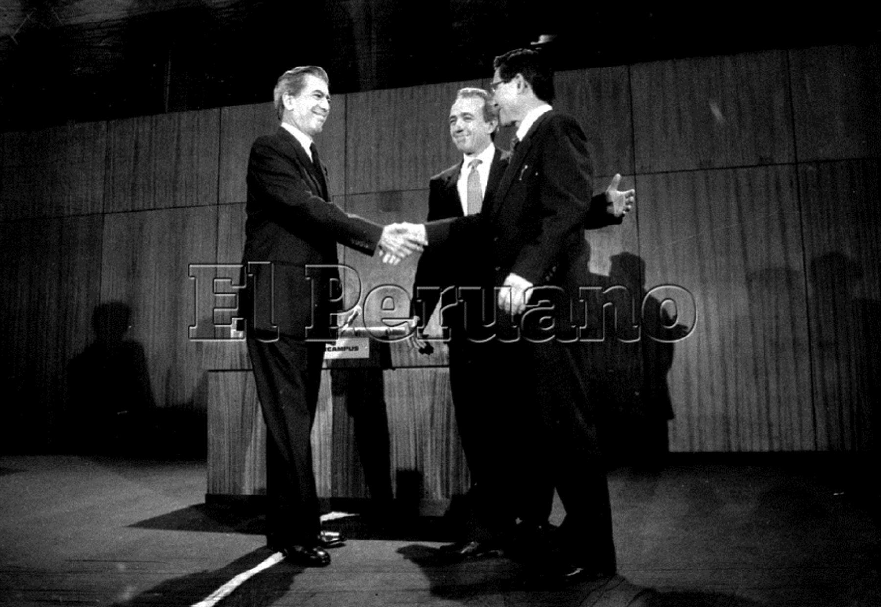 Mario Vargas Llosa y Alberto Fujimori en debate electoral en 1990