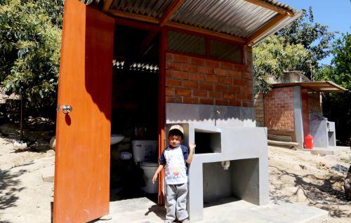 Pobladores se benefician con unidades básicas de saneamiento: lavamanos, inodoro, dicha y lavadero.