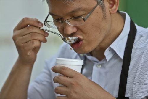 Los catadores de café aprenden a reconocer la calidad de su producto basado en estándares internacionales.