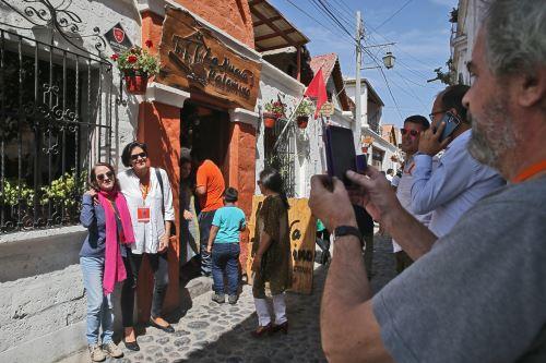 El público disfruta de las visitas a las picanterías tradicionales de Arequipa.