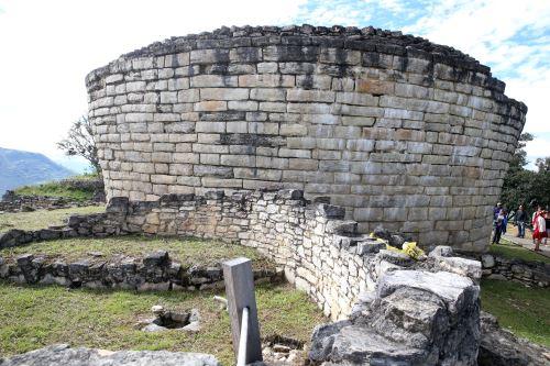 En la cima de los andes amazónicos nororientales de Perú se encuentra el imponente complejo arqueológico Kuélap, perteneciente a la cultura preínca Chachapoyas.