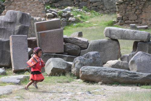 Especialistas evaluaron también posibles daños en el parque arqueológico de Ollantaytambo.