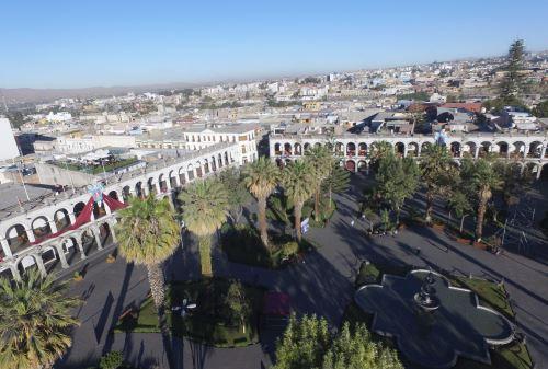 La plaza de Armas de Arequipa está rodeada por edificaciones construidas con sillar.