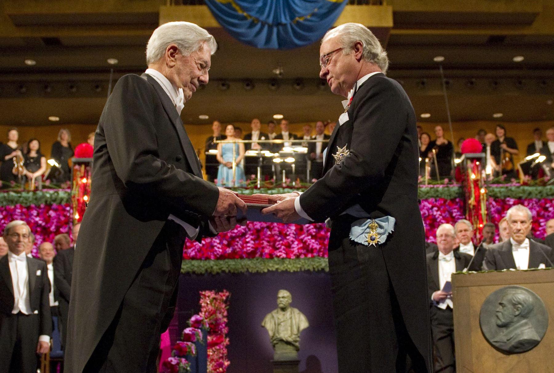 El escritor peruano recibe el Premio Nobel de Literatura 2010, en la Academia Sueca, en Estocolmo, Suecia.