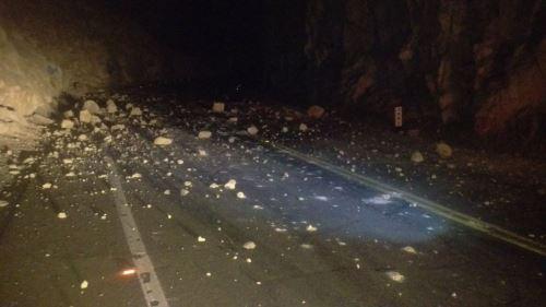 Sismos provocaron el desprendimiento de piedras sobre carretera en Arequipa.