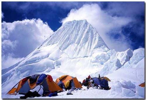 El nevado Alpamayo tiene una peculiar forma: piramidal, un rasgo que lo hace bastante atractivo para los montañistas.