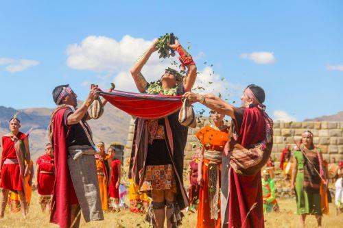 El Inti Raymi o Fiesta del Sol se celebra cada 24 de junio en tres escenarios: Koricancha, plaza de Armas y Sacsayhuamán.