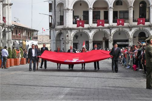 En el paseo de bandera y desfile participaron delegaciones de diversas instituciones de Arequipa.