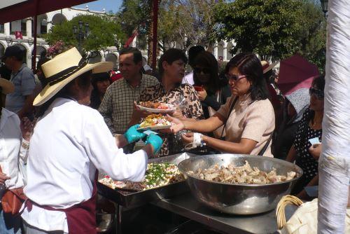 Arequipeños y turistas disfrutaron de los platos típicos de Arequipa.