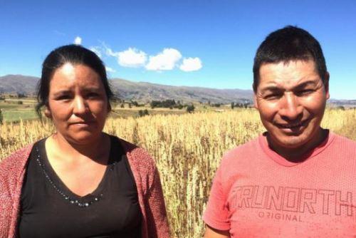 Yudy Cisneros y Fredy Bautistas son agricultores que siembran quinua. Foto BBC Mundo