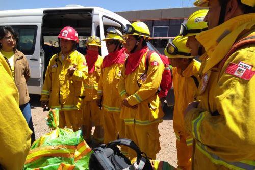 Bomberos de Cusco, especialistas en incendios forestales, ayudaron a sofocar el fuego en Arequipa.