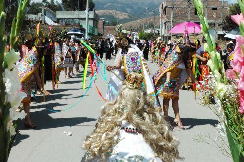 La ancestral danza del Apu Inca se escenifica durante la procesión.