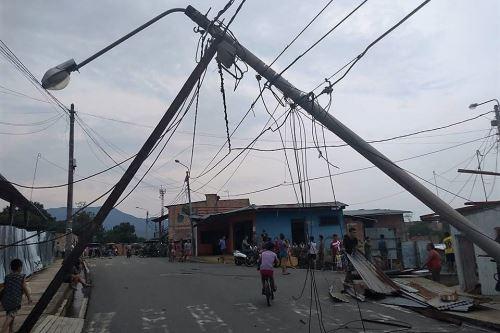 Vientos fuertes derrumbaron postes de alumbrado eléctrico y causaron un corte del servicio.