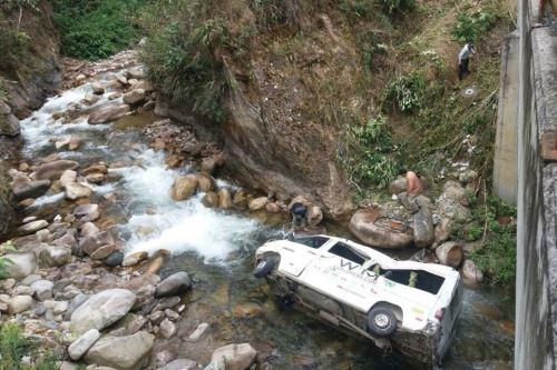 Van con turistas a bordo se despistó y cayó a un pequeño río en la provincia de La Convención.