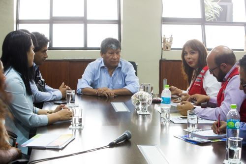 La ministra La Rosa se reunió con autoridades del Gobierno Regional de Ayacucho.