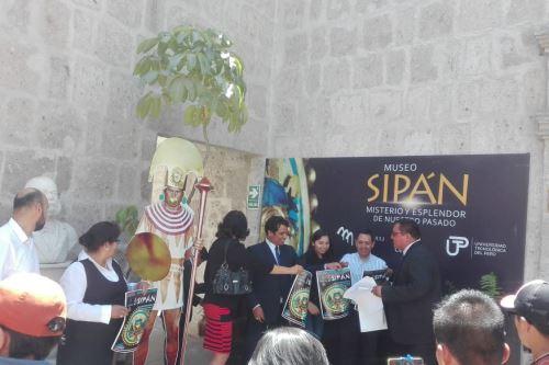 La muestra incluye una reproducción exacta de la tumba del Señor de Sipán, así como otras réplicas.