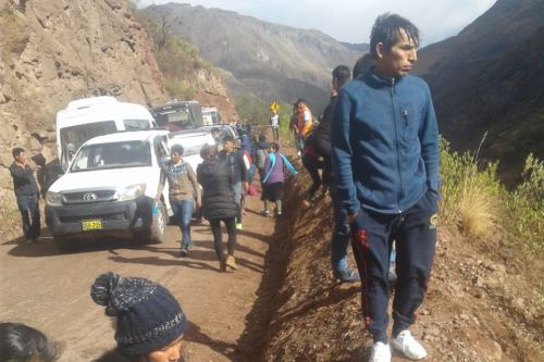 Perú: al menos siete muertos y 15 heridos tras desbarrancar un micro