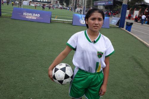 Elsa Tapullima destacó en el campeonato femenino de fútbol por su gran destreza con el balón.