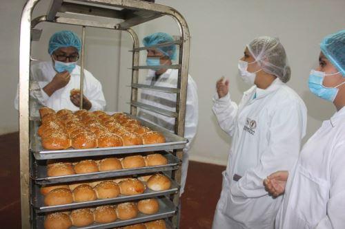 Preparan pan de pulpa de plátano con ajonjolí en el distrito de Pampas de Hospital, región Tumbes.