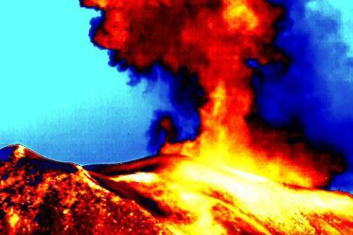 Vista del volcán Sabancaya, ubicado en la región Arequipa, haciendo uso de cámara térmica.