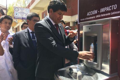 Cada bebedero cuenta con sensores antimicrobiales de cobre que purifican el agua potable.